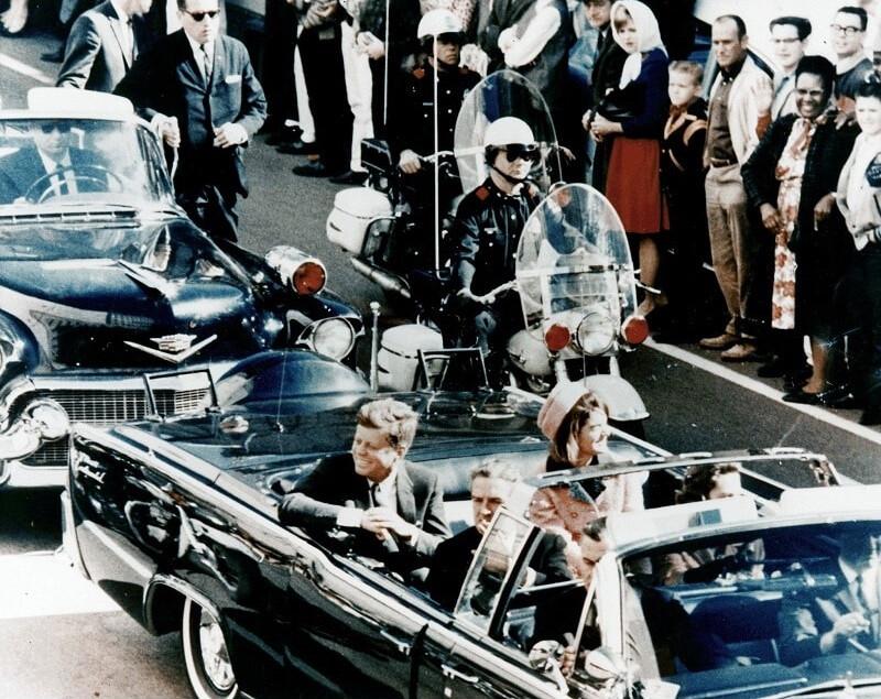 جان اف کندی چند لحظه قبل از اصابت چند گلوله به سر و بدنش و مرگش.