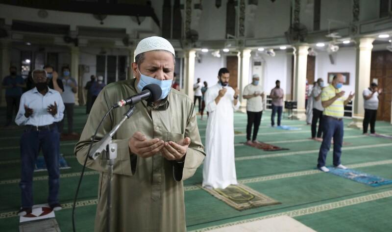 نماز و مراتب عبادی بخشی از شریعت اسلامی است که همه فرق اسلامی به آن میپردازند.