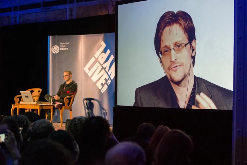 ادوارد اسنودن در حال برقراری تماس ویدیویی با حضار مستقر در کتابخانهی عمومی نیویورک