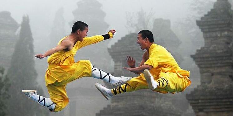 دو هنرجو در حال مبارزه نمایشی در معابد واقع در شمال چین
