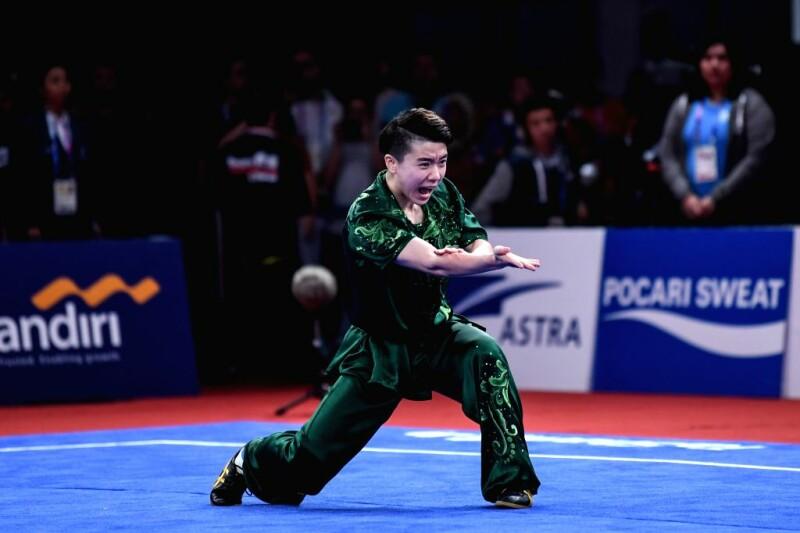 هنرجوی ووشو سبک نان چوان در حال اجرای فرم دست در مسابقات آسیایی جاکارتای اندونزی
