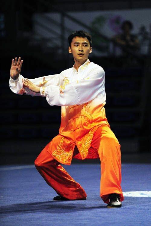 هنرجوی ووشو در حال اجرای فرم تای چی