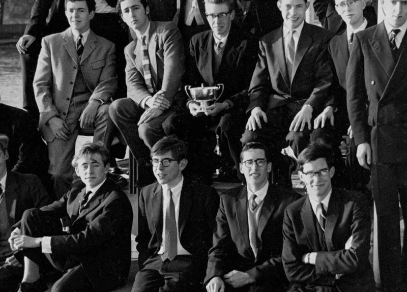 استیون هاوکینگ (ردیف جلو ، دوم از چپ) در دوران دانشجویی در دانشگاه آکسفورد