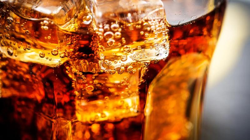 نوشیدنی های گازدار کولای گازدار اولیه ، به لطف اثر محرک کلا، برگ کوکا و کافئین ، به عنوان مقوی سلامتی به بازار عرضه شدند