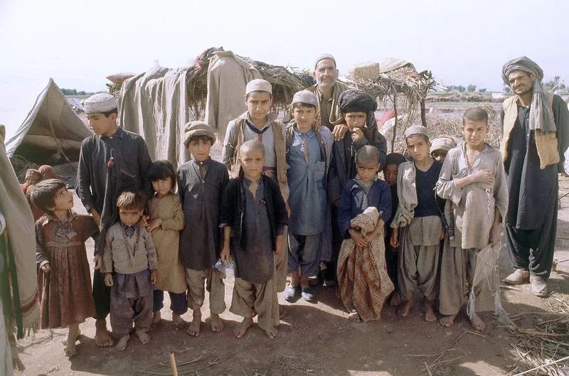در این تصویر مهاجران افغان در اردوگاهی در جاده کوهات خارج از پیشاور پاکستان در سال 1980 نشان داده می شوند.