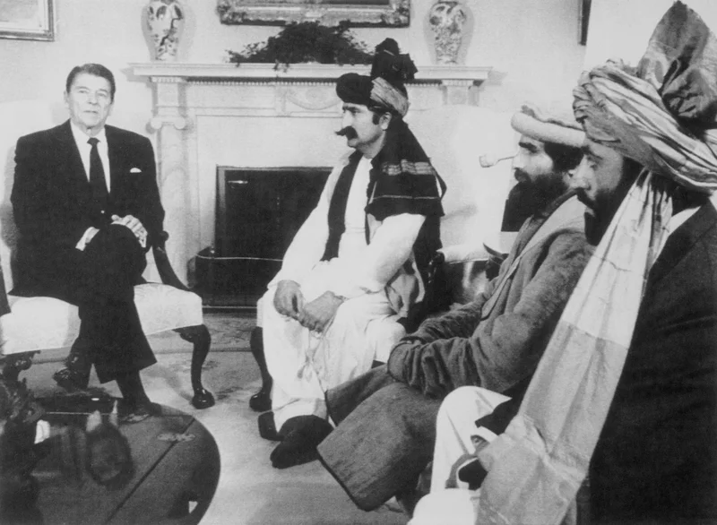 رئیس جمهور سابق رونالد ریگان در دفتر بیضی شکل در سال 1983 با مبارزان افغان مخالف اتحاد جماهیر شوروی ملاقات کرد.