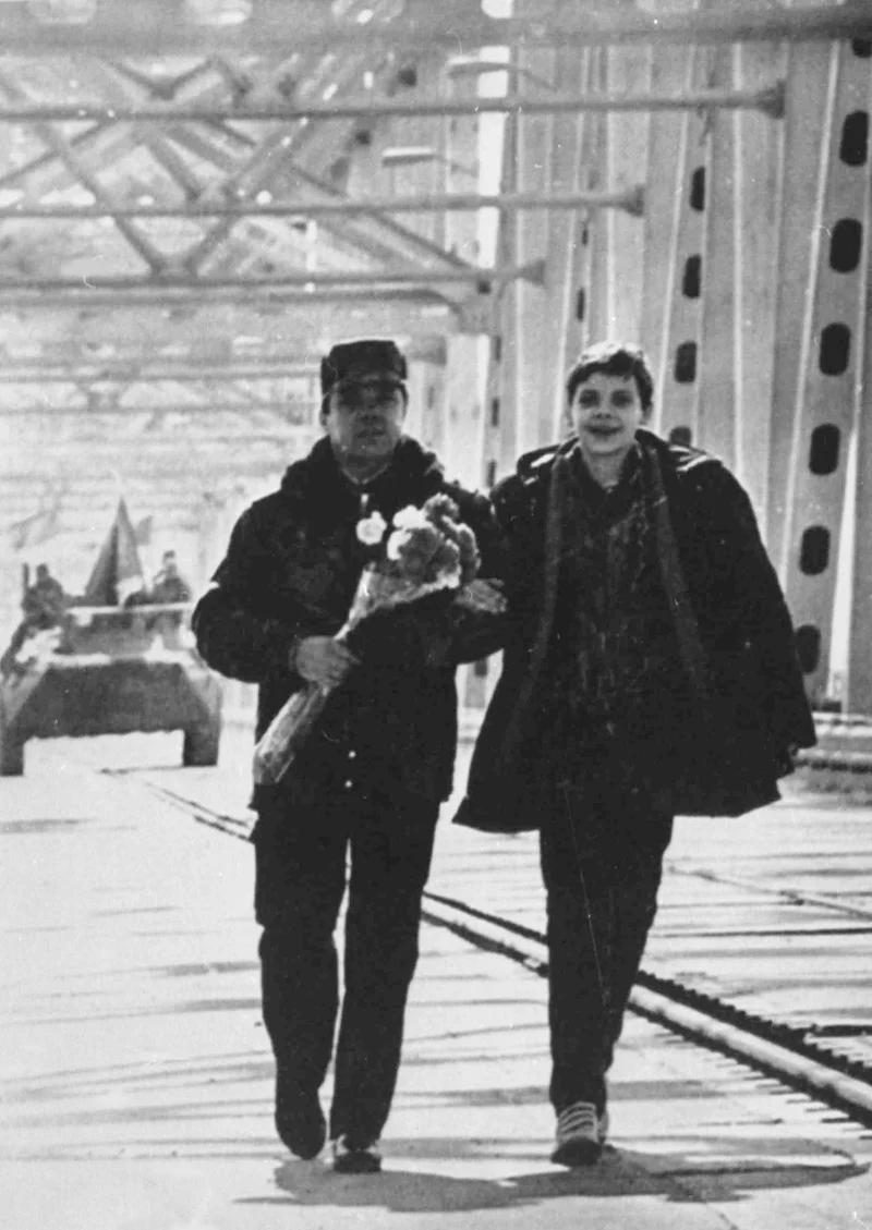 ژنرال بوریس گروموف ، آخرین شوروی که افغانستان را ترک کرد ، به همراه پسرش بر روی پل ارتباطی افغانستان با ازبکستان بر روی رودخانه آمو دریا قدم می زند.