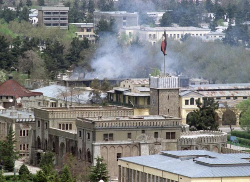 کاخ ریاست جمهوری در کابل در پی اصابت گلوله های تانک و موشک های رزمندگان گلبدین حکمتیار حزب اسلامی به شدت آسیب دیده است.