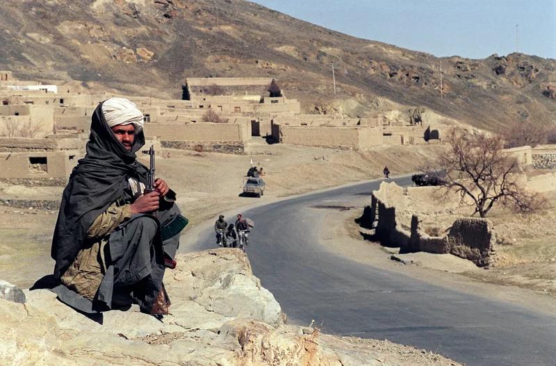 یک جنگجوی طالبان در سال 1995 از جاده ای در جنوب شرقی کابل محافظت می کند.