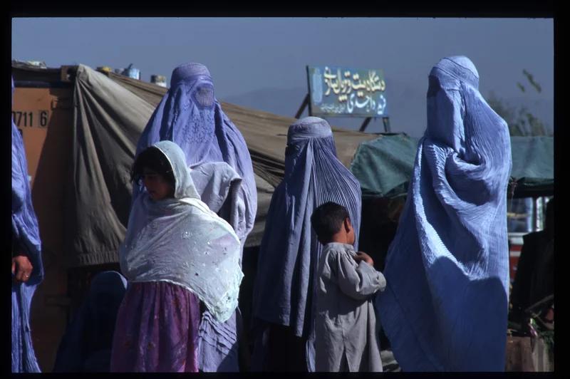 زنان افغان در برقع برقع تحمیل شده توسط طالبان می پوشند.