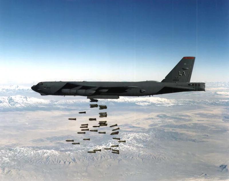 یک عکس بدون تاریخ ، یک بمب افکن سنگین B-52 Stratofortress نیروی هوایی ایالات متحده را نشان می دهد. ائتلاف تحت رهبری آمریکا در 7 اکتبر 2001 حملات هوایی و موشکی را در افغانستان آغاز کرد.