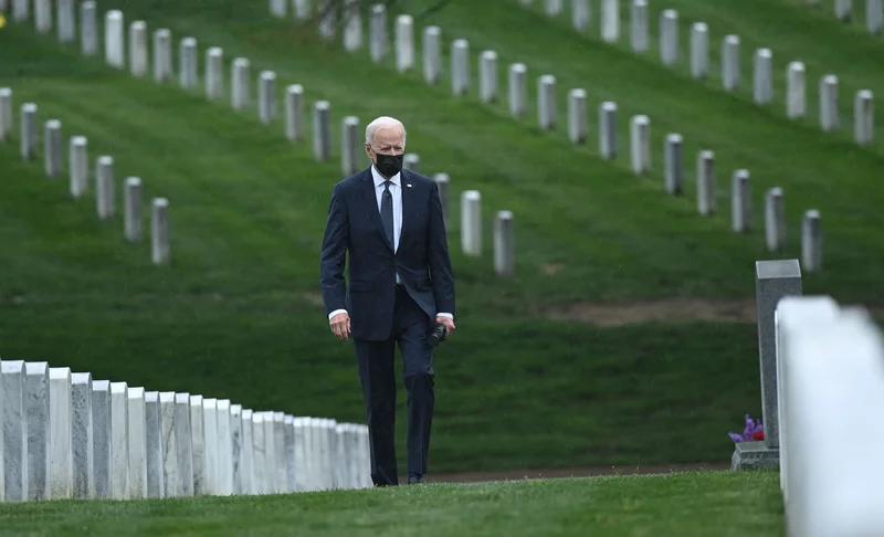 رئیس جمهور جو بایدن در ماه آوریل از قبرستان ملی آرلینگتون عبور می کند تا از جانبازان کشته شده درگیری های افغانستان تجلیل کند.