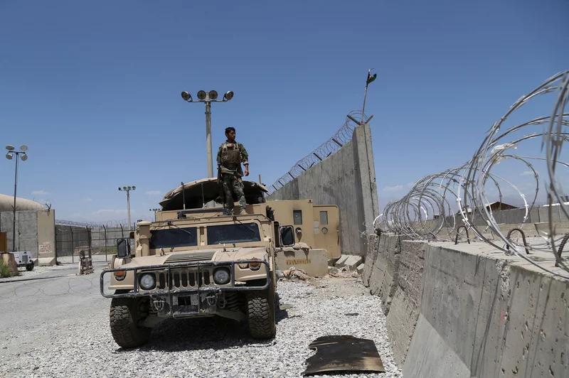 یک سرباز ارتش ملی افغانستان پس از خروج همه سربازان آمریکایی و ناتو ، در ماه ژوئیه ، بر روی یک هاموی در پایگاه هوایی بگرام ایستاده است.
