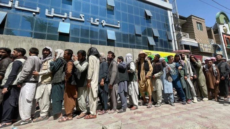 صف های طولانی جلوی بانک ها در کابل در 25 اوت 2021