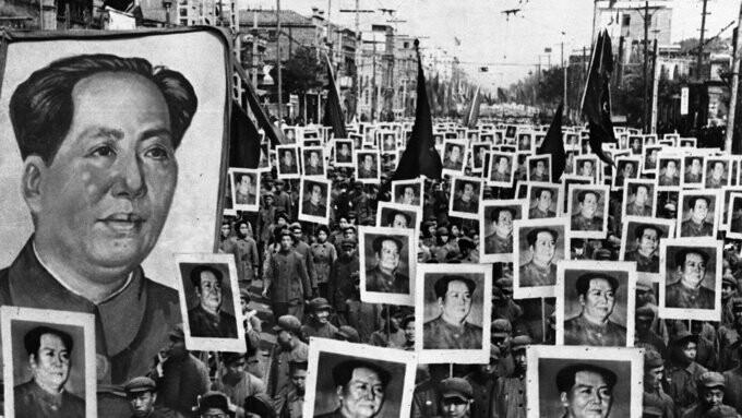 جمعیت مردم پیروزی کمونیستها در چین را جشن میگیرند.
