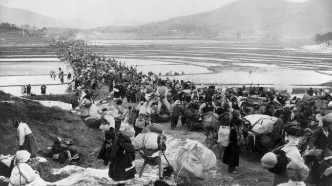 ازدحام پناهندگان کره جنوبی هنگام فرار از پیشروی کمونیستها، در جنوب سئول پل و جاده را مسدود کرد.