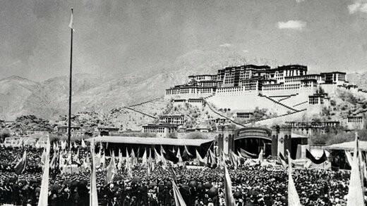 هزاران نفر در مقابل کاخ دالاییلاما به اشغال تبت توسط چینیها اعتراض کردند.