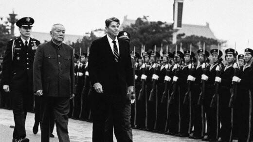 رئیس جمهور رونالد ریگان و رئیس جمهور چین لی شیانانی از محافظان نظامی در پکن سان دیند، 26 آوریل 1984.