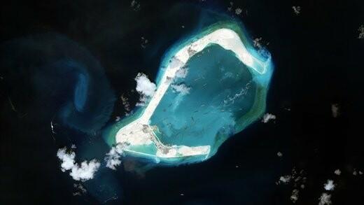 چین در ژوئن 2015 در جزیره سوبیریف از مجمعالجزایر اسپراتلی شمالی زمین در حال توسعه ساحل