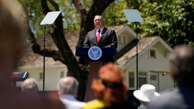وزیر امور خارجه آمریکا، مایک پمپئو که در کتابخانه و موزه ریاستجمهوری ریچارد نیکسون در کالیفرنیا سخنرانی میکند.