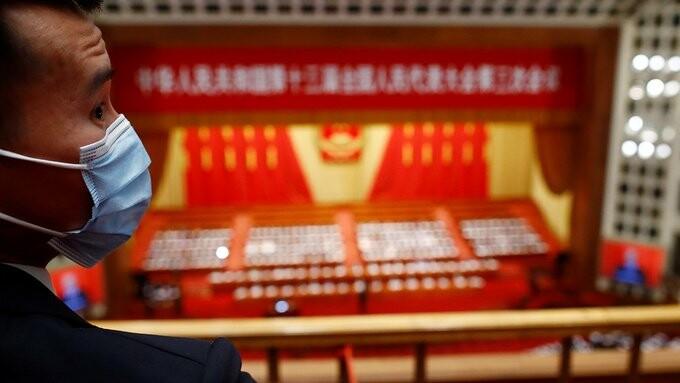 یک عضو امنیتی در جلسه کنگره ملی خلق چین، که چهارده عضو آن را آمریکا در دسامبر ۲۰۲۰ تحریم کرد.